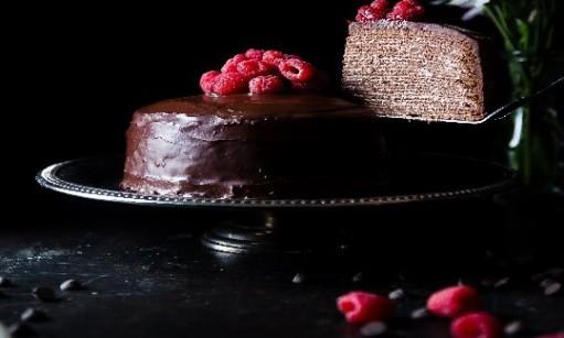 לא חותכים עוגה בחושך